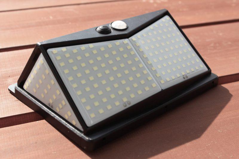 Amazon's Choiceの屋外用ソーラーセンサーライトは明るい