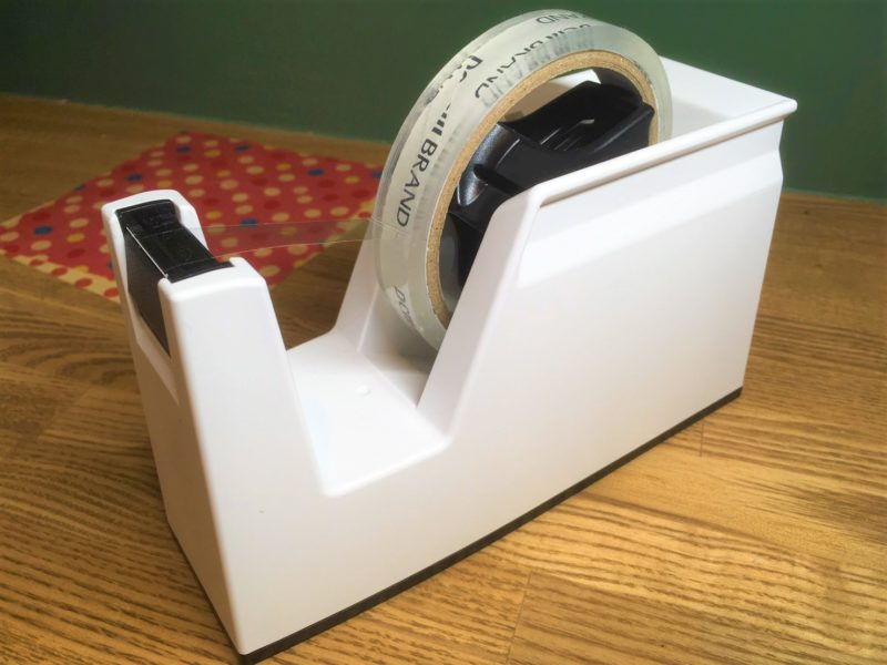 コクヨのテープカッターカルカットは軽い力でよく切れる